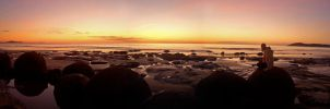 Sunrise at Moeraki boulders by mark-flammable