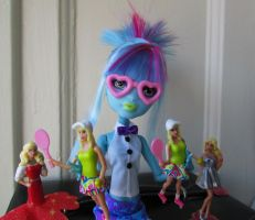 Doll who is collecting dolls :D by dorii86