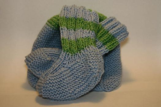 Baby booties with matching hat by zuzi