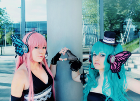 Luka Megurine and Miku Hatsune - drowned to you. by Mizukishou