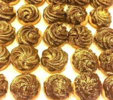 Gold-Dusted Chocolate Tarts by nosugarjustanger