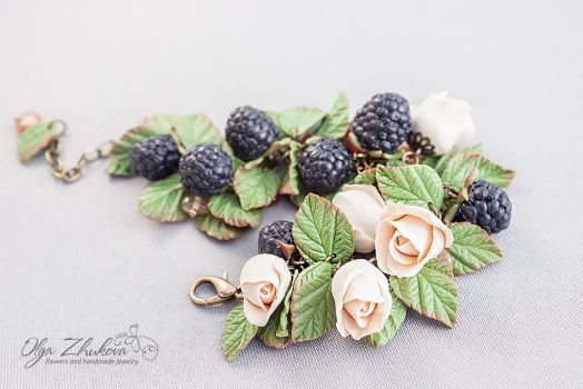 Bracelet with roses and blackberries by polyflowers