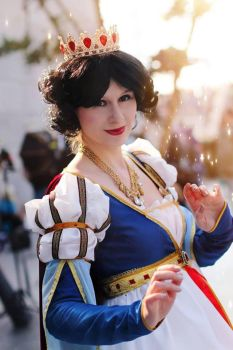 Queen Snow White by Shira-Cosplay
