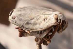 Old bicycle saddle by theGuffa