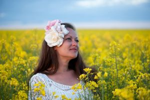 In the rapeseed field (8) by Avahlon-Stock
