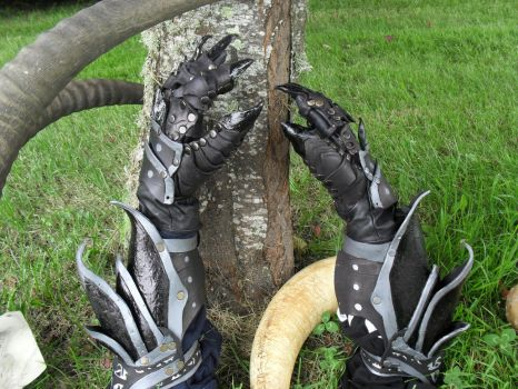 Daedric Gauntlets by VampsFire