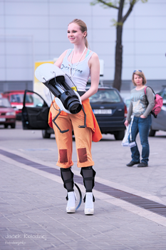 Portal 2 Chell cosplay (with handmade Portal Gun) by TeaLabel