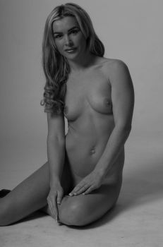 Hollie 8 bw by andyf451