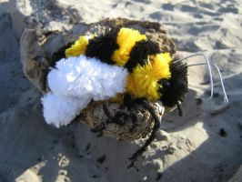 Pipe-Cleaner Bee by Verdego