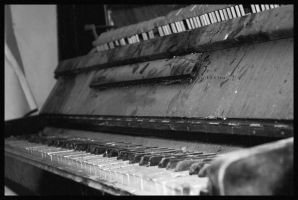 old_piano by GreynGreen