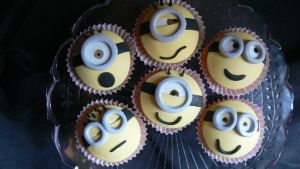 Despicable me cupcakes by laylah22