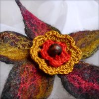 Broche fleur en feutre - Flower felted brooch by Zahaa