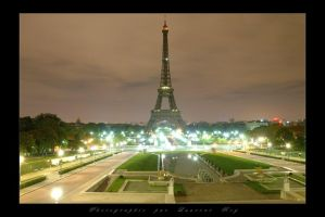 The Eiffel tower by night by laurentroy