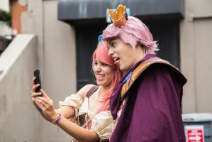 Spontaneous portrait of Cosplayers doing a Selfie by aviFerra