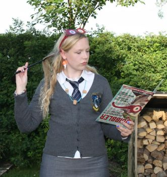 Reading The Quibbler II by Kathofel