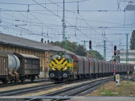 M40 402 with goods train in Gyor station by morpheus880223